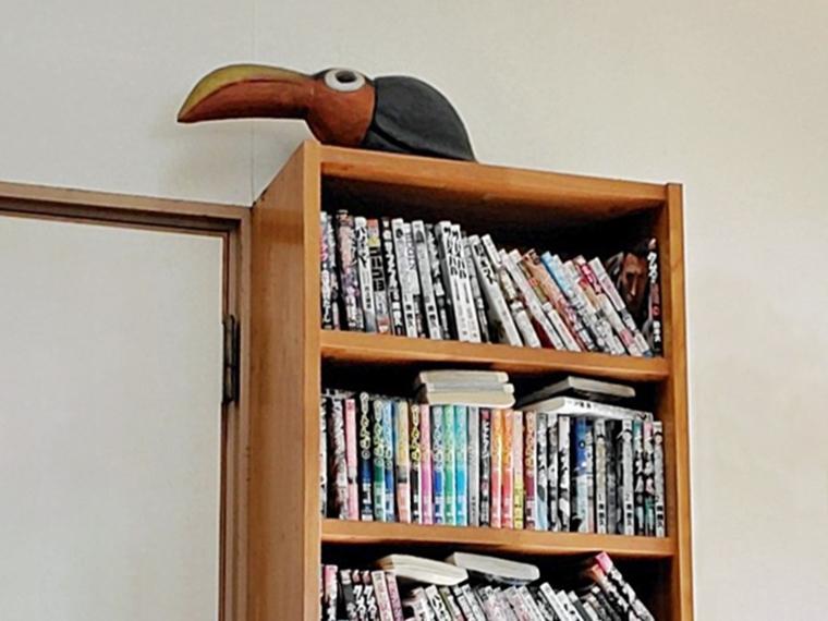 背後の本棚からは、なにか鳥類の視線も熱い!
