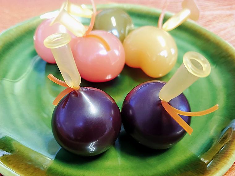 これがゴムに入った状態の玉羊羹。最近は、桃や抹茶や芋風味のものや、ハート型のものなど、味も形も進化しています