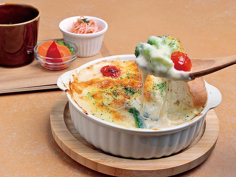 こんがりチーズの焼き目が食欲をそそる「チーズたっぷり野菜グラタン」(980円)