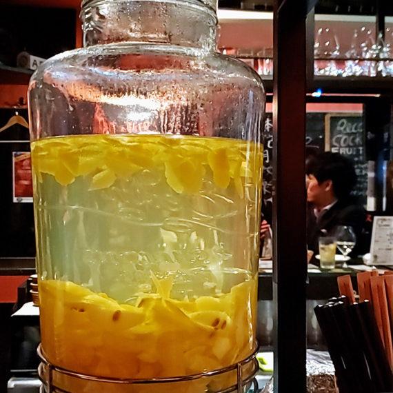 サーバーに湛えられたキンミヤに浮かぶレモンは、いつまでも眺められる美しさ
