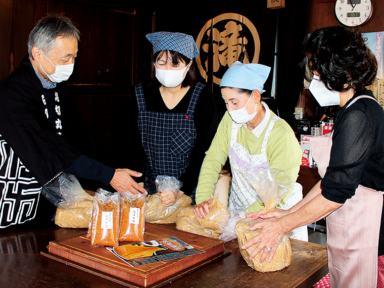甘口でおいしい手作り味噌の講座は1人5㎏5,500円(材料費込み)・所要時間約60分。2人以上で予約の電話を。玄米こうじ味噌を作ることもできる