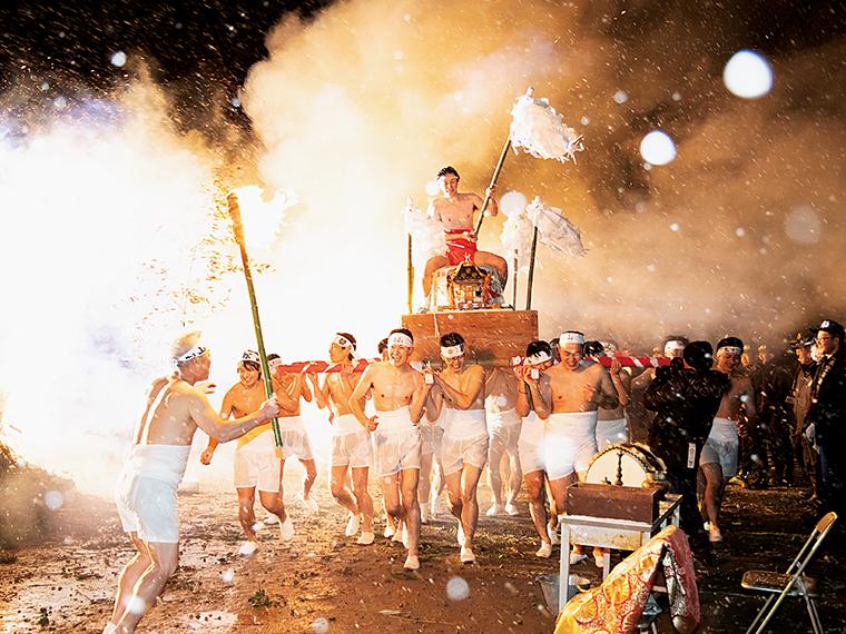 クライマックスには地元青年が担ぐ勇壮な裸神輿が繰り出される