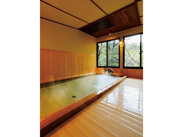 ヒノキの香り漂う源泉かけ流しの内湯も部屋ごとの貸切りとなる