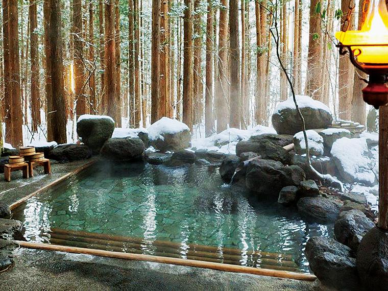 渓流沿いには大小2つの露天風呂。貸切りで冬景色を独占できる