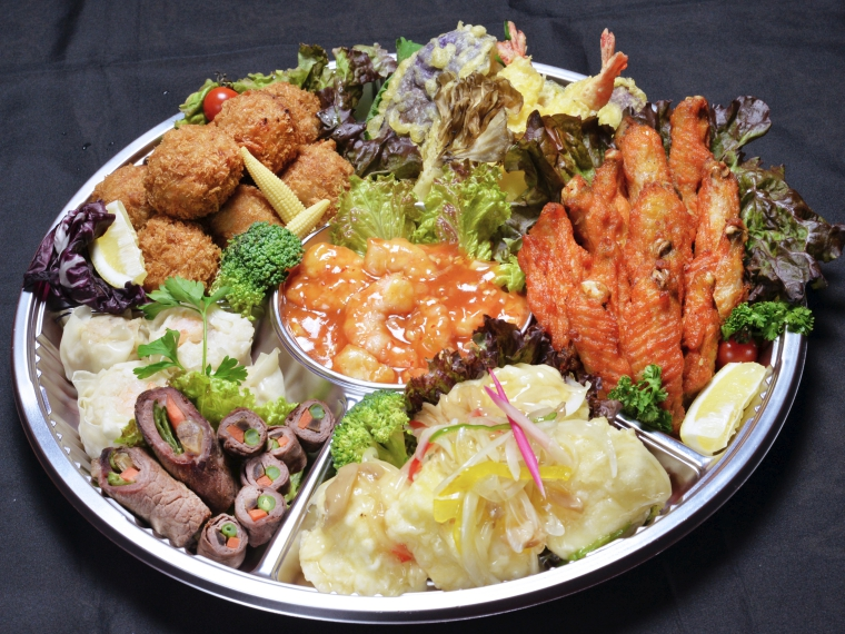オードブルは、八幡巻き ・チーズメンチ ・辛味チキン ・天ぷら ・エビチリ ・シューマイ ・揚げ出し豆腐の7品