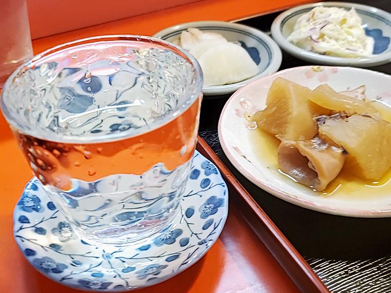 充実の小鉢には、冷酒(コップ一杯400円)を合わせずには居れません