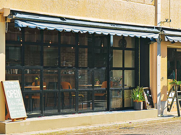 1階のカフェスペース。開放感ある大きな窓が印象的