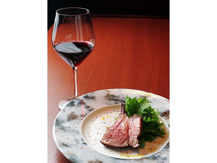 メインの骨付きラム肉。シェフにおすすめのワインを聞こう