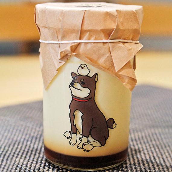 「卵皇のプリン」(480円)。瓶には、農園の鶏を守る「ポンポコ防衛隊」の柴犬が。かわいいイラストにほっこり