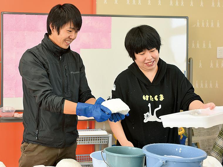 「ハイジの卵」の生産作業。卵を入れる紙容器も、牛乳パックを使い利用者が手づくり