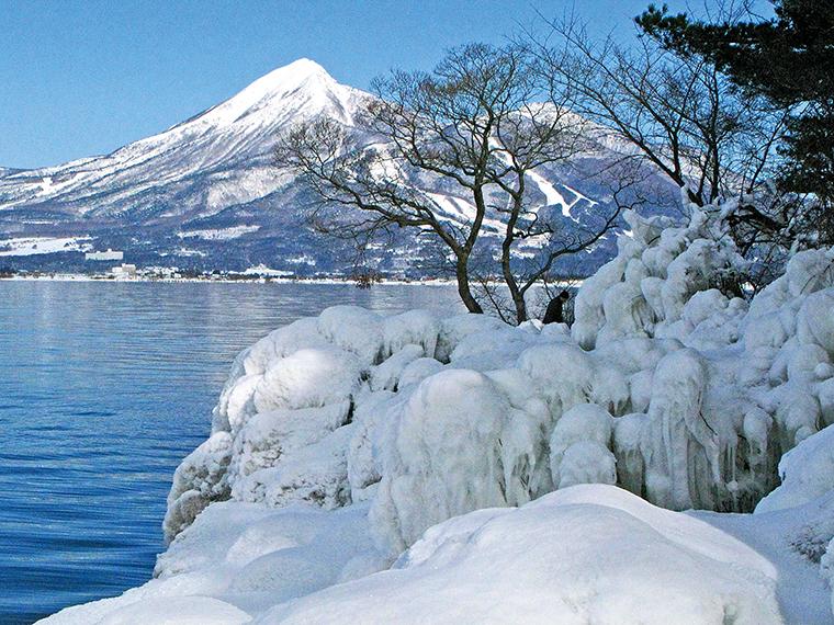「しぶき氷」(見頃:1月中旬~2月頃)。真冬に現れる氷の芸術。不凍湖ながら気温は氷点下10度まで下がる猪苗代湖だから見られるものだそう