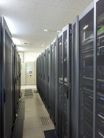 顧客のシステム機器を預かり、運用・保守を行うサーバー室