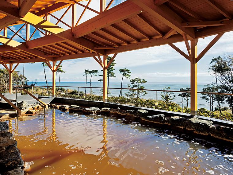 大きな岩造りの露天風呂の隣りには寝湯がある