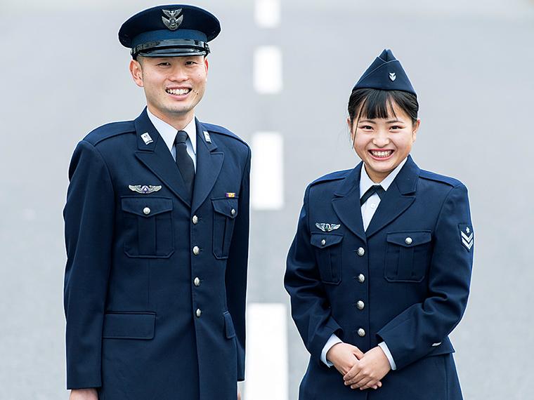 航空自衛官の中野 翔さん(左)と服部聖怜奈さん(右)。「航空管制機材の整備を行っています。パイロット隊員が無事に離着陸できることがやりがいです」と服部さん