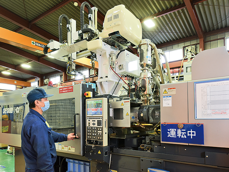 多くの機械が整然と並ぶ成形工場。オリジナルの成形機で同社ならではの製品を製造することもできる