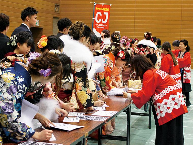 CJ成人式撮影会。福島県北の成人式会場で新成人を撮影する名物企画。「昔、CJの成人式の写真載ったよ!」と地元の方に声をかけられることも