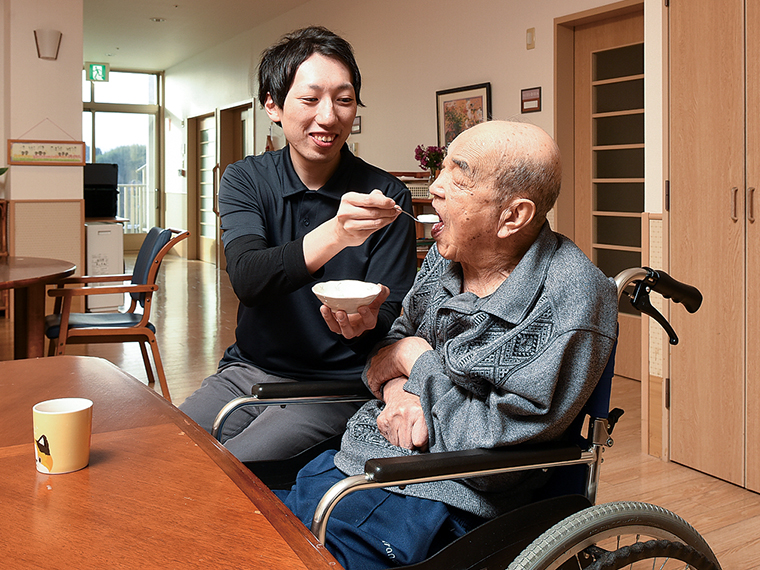 「ステップアップのためのフローがしっかりしており、仕事のやりがいにつながっています」と「KOYAMA College」で資格を取得した古川さん(左)