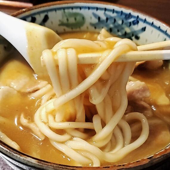 もちもちとした自家製麺は、カレーをたっぷり持ち上げるように考えられた絶妙な太さ