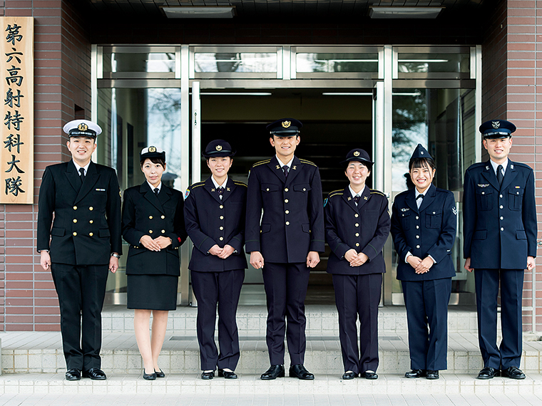写真左から海・陸・空とそれぞれ個性のある制服姿