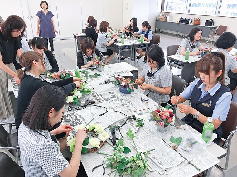 女性社員を対象に開催されている女性セミナー。活動を通じて親睦を深めている