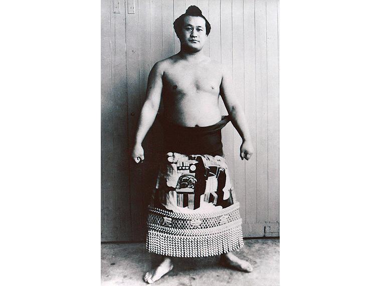 1950年代に活躍した故・信夫山関。資料展では「化粧まわし」や「技能賞のカップ」「めんこ」「現役時代の写真」などが展示される