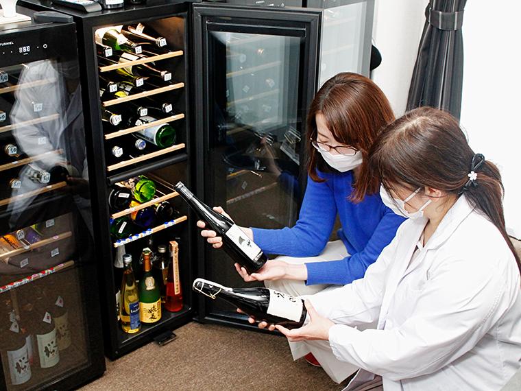 初めて見るラベルの日本酒に興味津々な編集部スタッフ。セラーに保管されている日本酒はどんな味・香りなのか…気軽に聞いてみよう