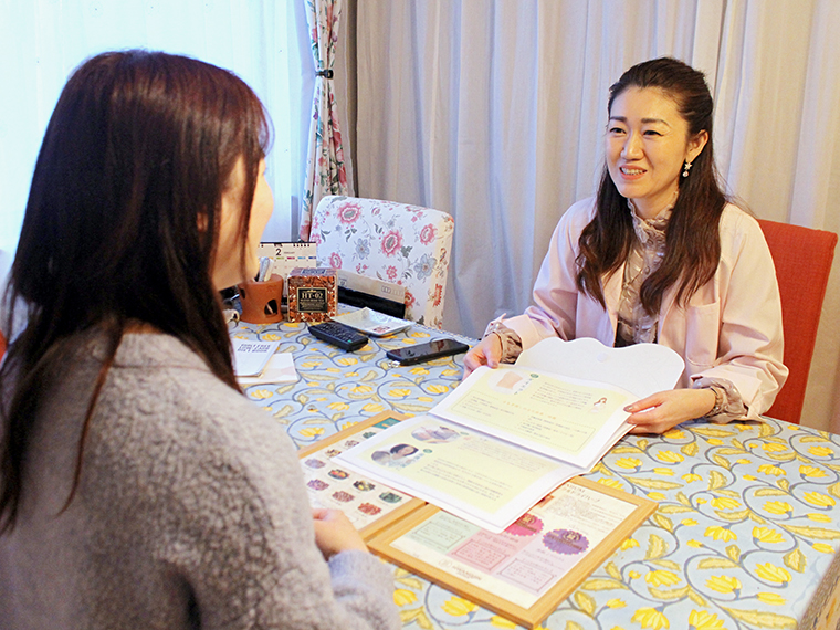 話しやすく、優しい雰囲気の菅野さん。思い返せば、こういう保健室の先生いたなあ……※普段はマスクを着用しています