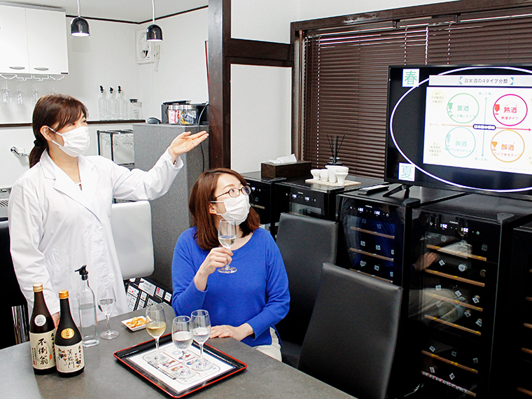 受講中は、実際にお酒を味わいながら学ぶことができる。日本酒への理解度に合わせて講座(3,000円~)の内容を変えてくれるため、初心者でも安心。「基礎講座コース」は60分・3,000円