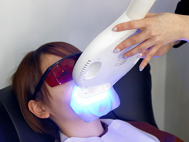 施術中の様子。LEDライトが歯の着色や汚れを浮かし落ちやすい状態にする