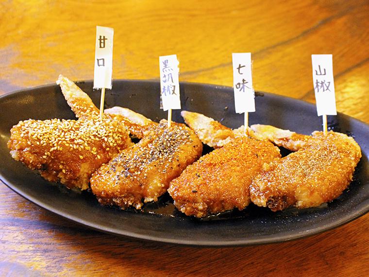 「秘伝の手羽先の唐揚げ」(1本・99円)。味は甘口、黒胡椒、七味、山椒から選べる
