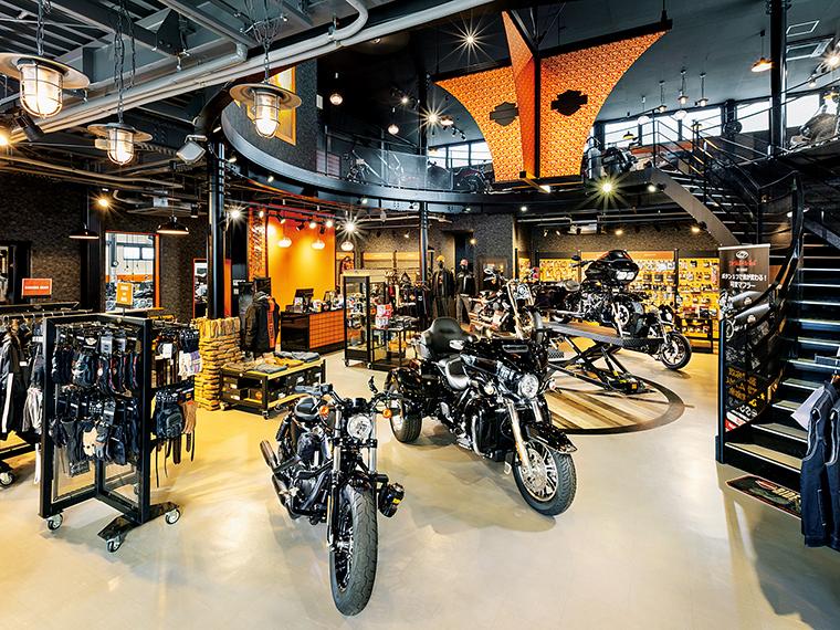 福島県内最大級の広さを誇る店内には、新車・中古車を数十台展示。試乗の相談も受け付ける