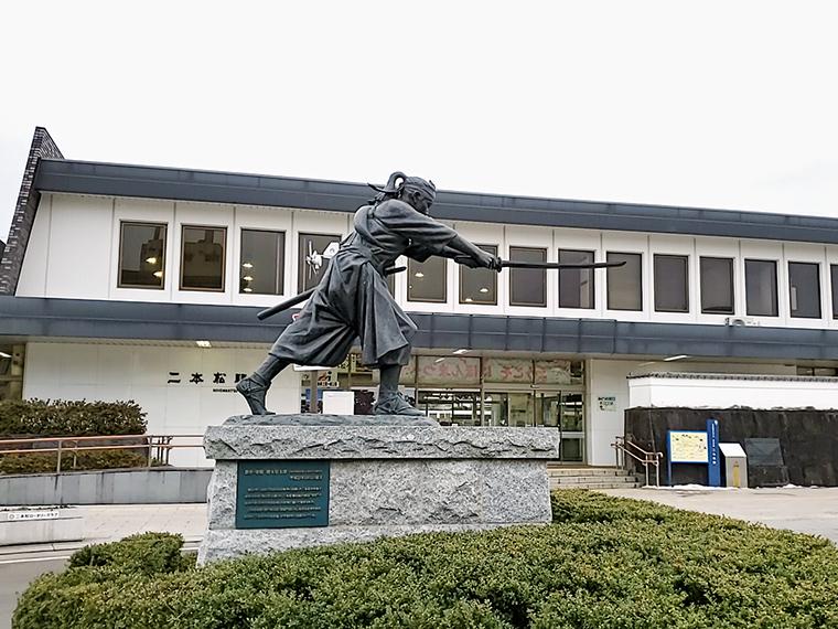 二本松駅を降りると、二本松少年隊士が切っ先で「杉乃家さんはこっちだよ」と案内してくれます※いずれも彫刻家・橋本堅太郎作