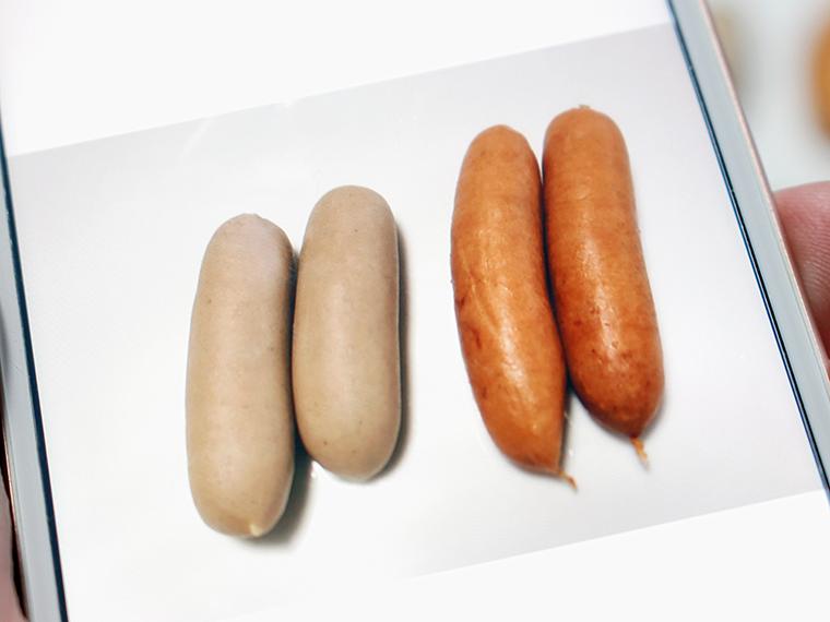 いつも食べているウインナー(右)より白いのがパルシステムのもの。こんなに色が違うものなの~?