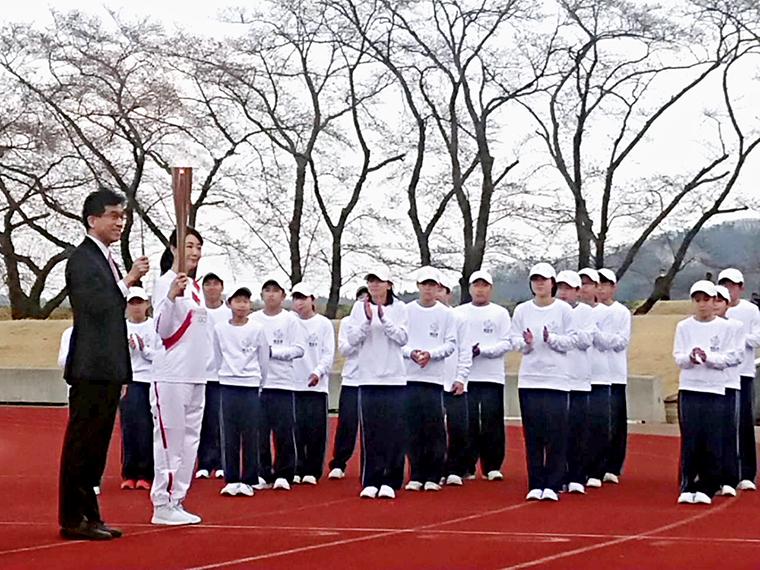 福島市の第一走者は、連続テレビ小説「エール」で主人公・古山裕一の母役を務めた女優の菊池桃子さん