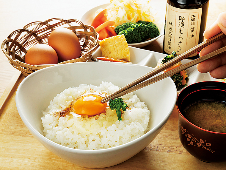 平飼いでストレス無く鶏を育てることで、強い生命力とやさしい味わいの卵に。炊きたてご飯と一緒に醤油をかけて一口。自然のうまみが楽しめる