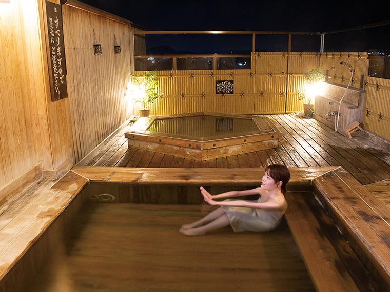 最上階の露天風呂「天守の湯」は『湯乃家』でしか感じられない開放感を満喫できる。入浴することで筋肉のこわばり、冷え性、疲労回復などに効果があるとされる