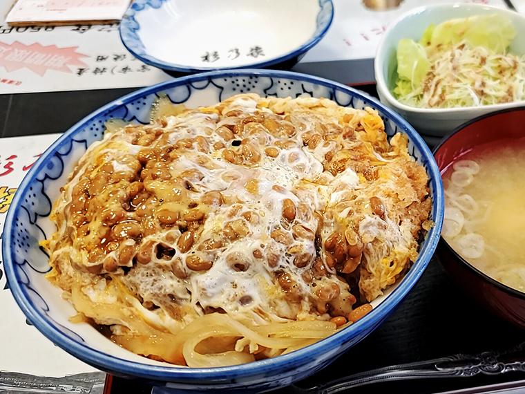 「必勝かつ丼(1,100円)」は、ビタミンB1やタンパク質なども摂れるスーパーなカツ丼