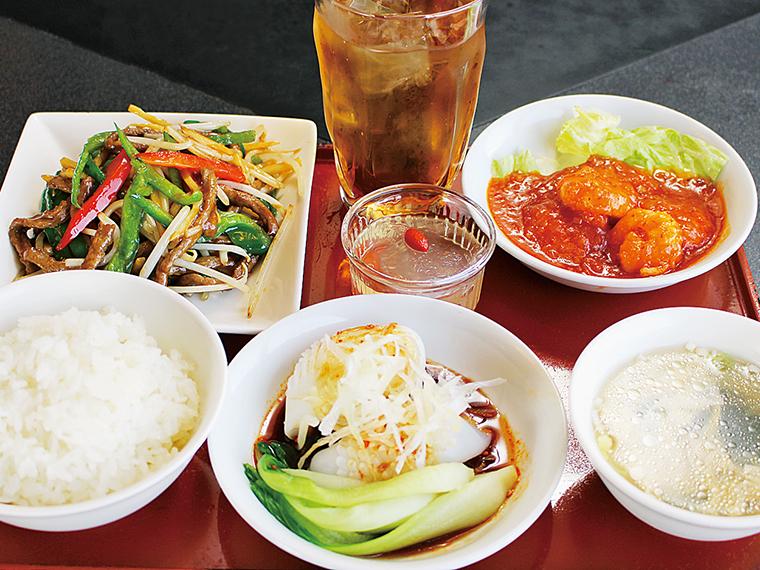 「おもてなしランチ」(1,000円)。イカのオイスターソース・青椒肉絲・エビチリ・スープ・ご飯・デザートのセット。ご飯のおかわり無料!3種のおかずと一緒にいっぱい食べて午後への活力にしよう