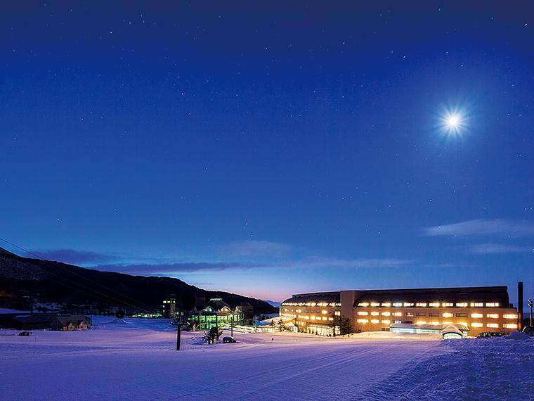 会津磐梯山の麓、猪苗代湖を眼下に望むスタイリッシュな高原リゾートホテル