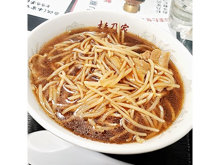 丁寧に下処理されたもやしと中細麺が、なみえ焼そばイズムを纏ったスープとよく絡む「サンマーメン」(800円)