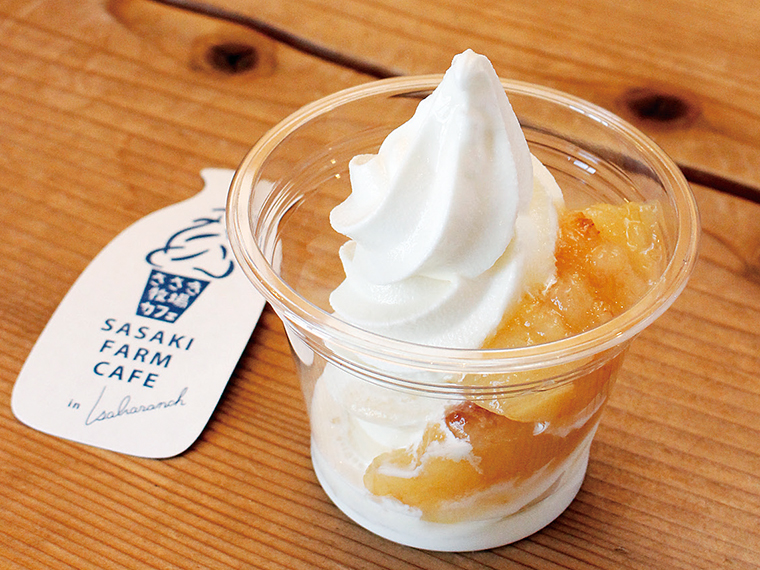 「桃サンデー」(500円)。店内のベンチや、外のテラス席で食べることができる