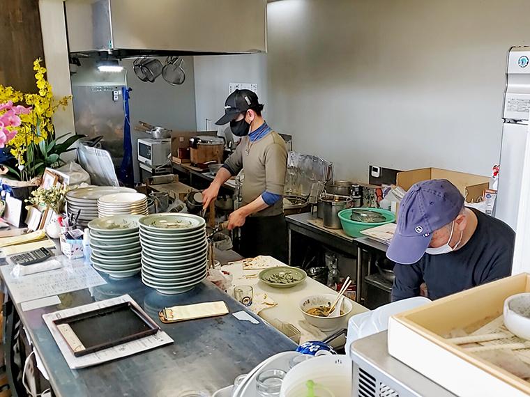 店主・芹川さんの鍋を振る姿に、ほっとする浪江町時代からのお客さんも多いのでは