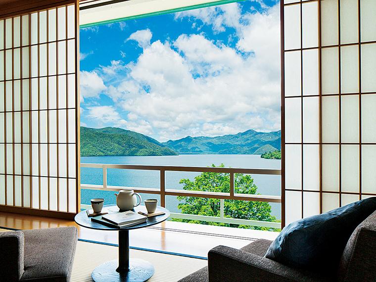 3,000坪の敷地に33室、中禅寺湖の絶景を望む贅を尽くした温泉旅館