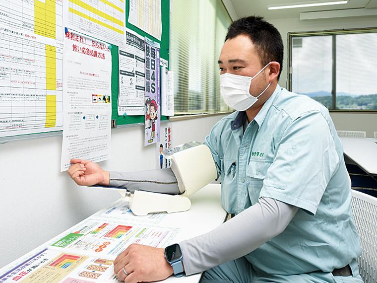 いつでも誰でも計れるよう共有スペースに血圧計を設置。用紙に測定結果を記入して箱に入れてもらい、山本さんが毎月集計している