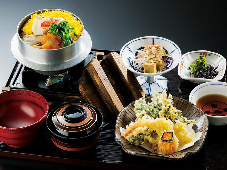 旬の食材をおいしくいただく、「日替わり釜飯膳」の一例。店内は落ち着いた空間なので、昼夜ともにゆったりとした時間が過ごせる