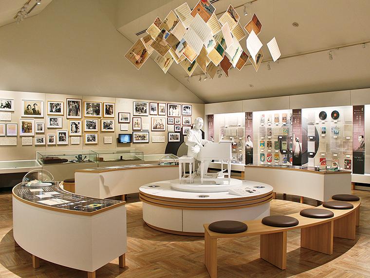 2階展示室。書斎の再現をはじめ、楽譜、家族や音楽家たちの写真などを豊富に展示