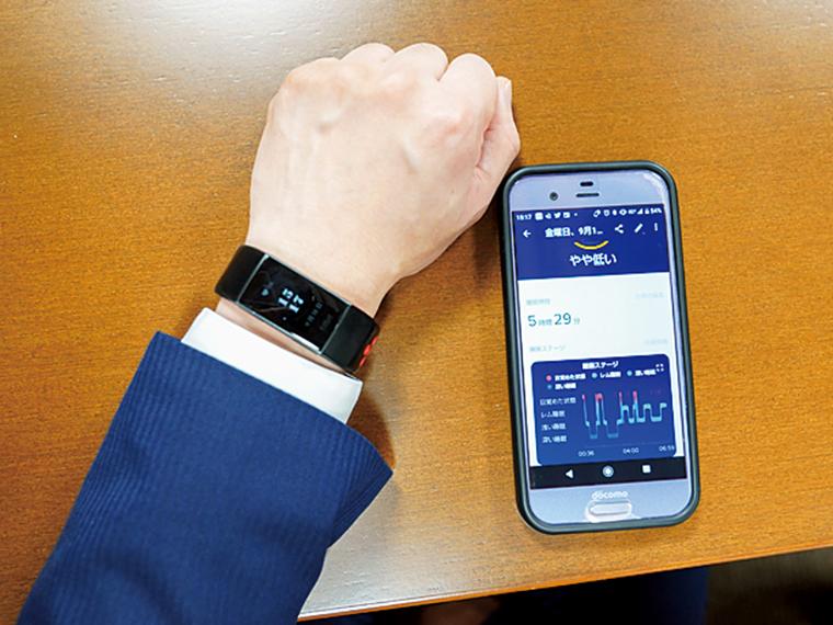 歩数や消費カロリー、心拍数や睡眠の状態などを記録する端末を支給し、各自での習慣改善を促進。スマートフォンやパソコンと連携し、統計データを確認できる