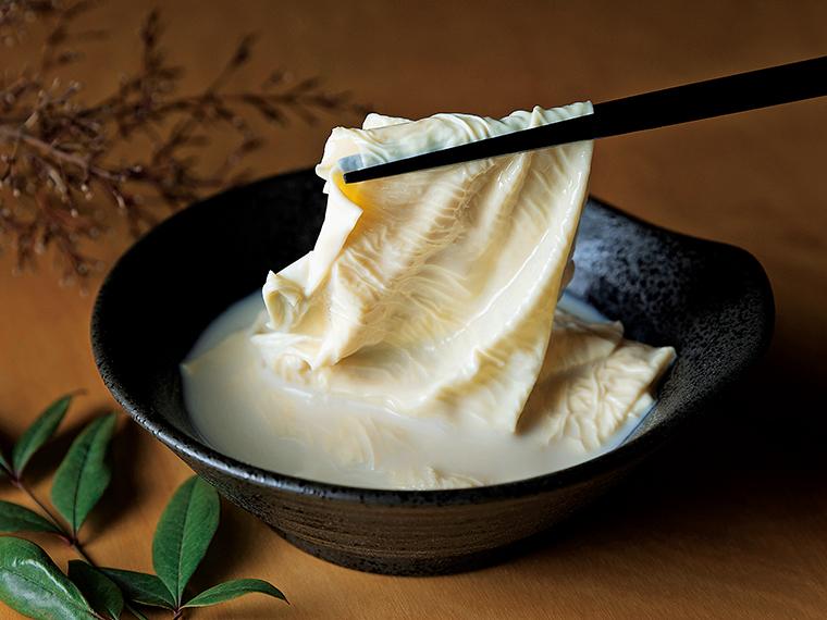 時間をかけて丁寧にすくい上げる湯葉。厚みがありしっかりとした食感の「西郷ゆば」と、濃厚な豆乳が絡みトロッとした「とろゆば」の2種類がある