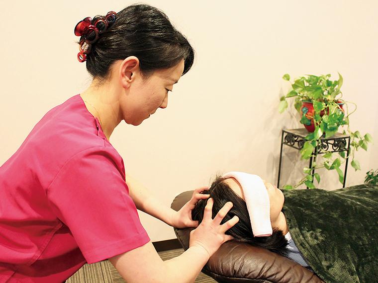 新メニューの「ヘッド療法」で施術する様子