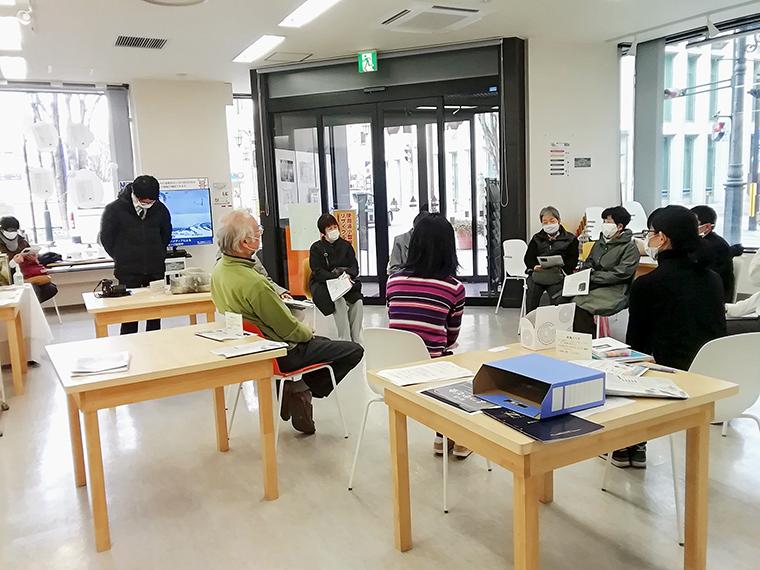「福島市まちなか交流施設 ふくふる」は、人と人とのつながりを広げ、コミュニティを育む目的で「よつかど本棚」を設置。書籍の他、個人では購読しにくかったり、他所では取り扱いの少ない雑誌をセレクトして配架している